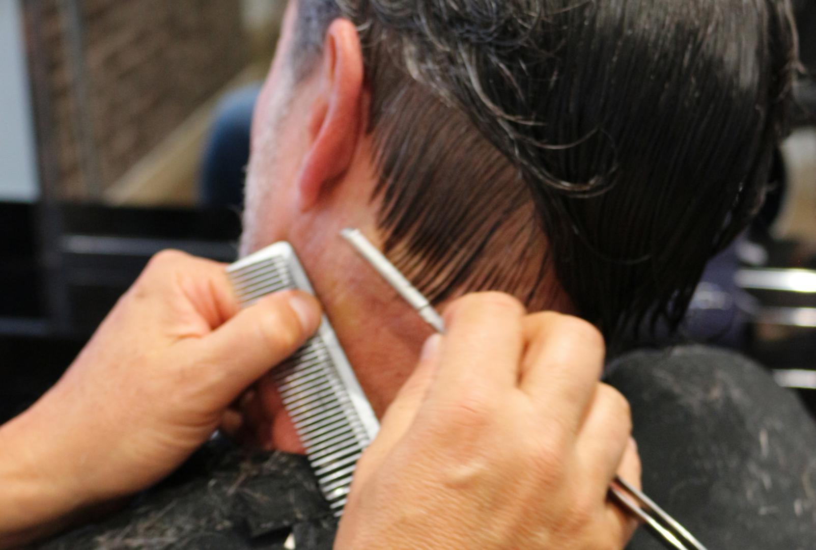 Coiffures et nuque de rasage pour hommes